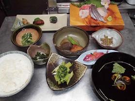 【伊豆大島】飲食店 かあちゃん 島の四季折々に水揚げされた地魚と旬の野菜を使った定食です。また、島の食材を使った各種定食を揃えています。(焼魚定食1,404円・煮魚定食1,404円・くさや定食1,290円)