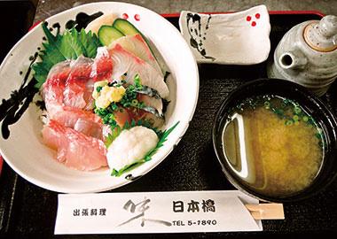 【新島】 居酒屋 日本橋 島を訪れる観光客向けの、新鮮な魚を使用した海鮮丼。食材は、その日にあがった魚を数種類提供。