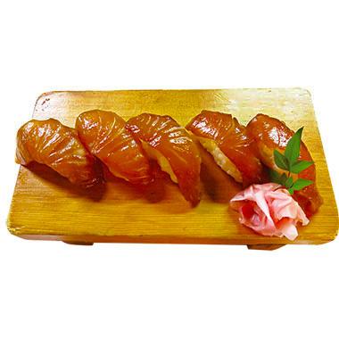 【伊豆大島】 雑魚や 紀洋丸 新鮮な白身魚を青とう醤油に漬け込んだべっこう寿司。ピリリと辛味の効いた島の味を楽しむことができます。