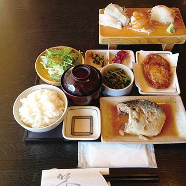 【伊豆大島】 雑魚や 紀洋丸 大島近海で獲れた新鮮な魚を寿司や煮魚などに仕立てた定食。 いろいろな魚の味を楽しめるメニューです。