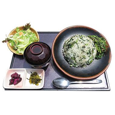 【伊豆大島】 雑魚や 紀洋丸 家庭でも作れる明日葉チャーハンを上品に店の味に仕上げた料理。 同じお皿の上に、アクセントとして、明日葉のゴマ和えをのせた、自慢のチャーハンです。