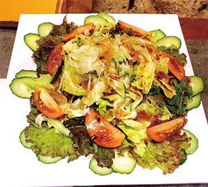【八丈島】 元気 くにまつ 店舗近くの農園で栽培している野菜を使っています。 無農薬で鮮度抜群の八丈島産の野菜サラダです。