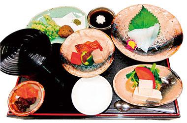【八丈島】 富士久 厨(くりや) トビのさつまあげ、明日葉天ぷら、お刺身等、島の食材を使用した料理を少しずつ楽しめる人気メニュー。明日葉天ぷらもこだわっており、できるかぎり新芽を使うので、一味違います。