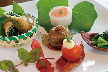 【大島】 マシオ リゾート (コース例)前菜、季節のスープ、地魚のカルパッチョ、地貝のフリッタ、地魚メイン 等<br> 島の野菜、魚をふんだんに取り入れたコースで、変化していく四季をまるごと味わい尽くすことができます。<br> 伊豆大島の海と大地が育んだ食材、その鮮やかな色はエネルギーに満ちており、明日は今日よりさらに元気になってもらいたいと、彩り豊かな料理にこだわっています。