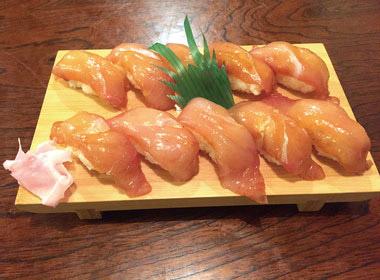 【八丈島】  お食事処 通(みち) 見た目は郷土料理の島寿司ですが、一つだけに大量の島唐辛子を入れてあります。  大勢で運だめしなど、島の夜を楽しむアイテムとしてどうぞ。