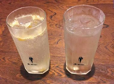 【八丈島】  お食事処 通(みち) 八丈島特産の八丈フルーツレモンは、まろやかな酸味が特徴のレモンです。  大人の方は焼酎、お子様は塩で漬け込んだ八丈レモンのスカッシュで味わうことができます。