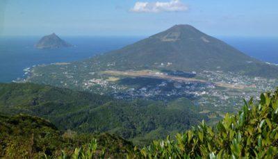 八丈島・三原山からのぞむ八丈富士と八丈小島