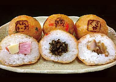 【式根島】 ファミリーストア みやとら 式根島の郷土料理「たたき」。魚のすり身に味を付けた練り製品のことで、当店では独自のブレンドで仕上げています。「明日葉の佃煮」「くさや」「ハムチーズ」をそれぞれご飯で包み「たたき」で包んで揚げた式根島名物です。