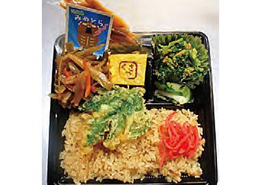 【式根島】 ファミリーストア みやとら 新島の特産品「くさや」の入ったお弁当。しょうゆ飯に紅しょうが、式根島産明日葉の天ぷらやおひたしが入っています。くさやは真空パック入りなので、開封するまでにおいが気になりません。