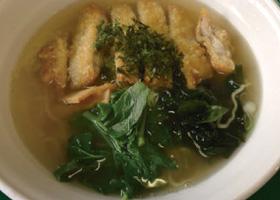 【伊豆大島】もとまちや 鶏がらスープの味、豚肉の質にこだわり、秘伝のたれに漬け込み寝かせたパーコーに季節の島野菜、島海苔、利島の椿油をトッピングしました。