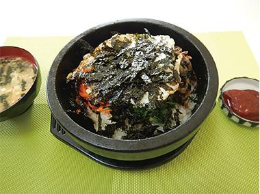 【三宅島】 和み食堂 島野菜「あしたば」を使用した一品。 ホウレンソウの代わりに明日葉を乗せた本格韓国料理を御賞味下さい。
