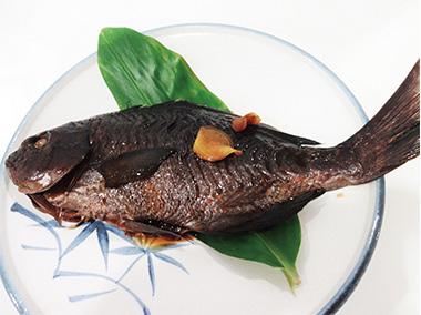 【三宅島】 和み食堂 マスターの磯釣りで釣ったメジナを使用したメジナの煮つけです。味付に絶対の自信を持つママの至高の一品です。