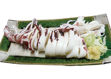 【新島】 居酒屋 日本橋 赤イカは、全体に体長が大きく鮮やかな赤みを帯び、身が柔らかく、ほんのりとした甘味が味わえます。そのまま一本、ゆであげられた赤イカは、モチモチとした食感を楽しみながら、薬味の長ねぎ、しょうがを添えて食べます。