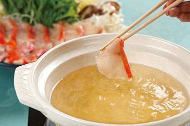 【伊豆大島】大島温泉ホテル 大島近海で水揚げされる海の幸、金目鯛を「しゃぶしゃぶ」という形で食べることにより、お刺身、煮つけや一夜干しとは異なり、金目鯛の素材の味をより楽しむことができます。