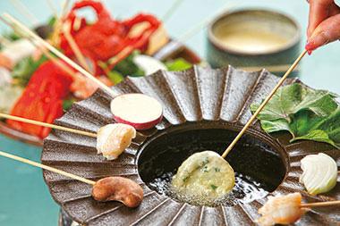 【伊豆大島】大島温泉ホテル 伊豆大島の特産である椿油で、海老や明日葉をはじめとする食材を、自分で揚げながら食べられることも、椿フォンデュの楽しみの1つ。 また、椿油には健康に良いオレイン酸が多く含まれているため、体にもやさしく、食材がカラッと軽く揚がるのも、椿油の特徴。