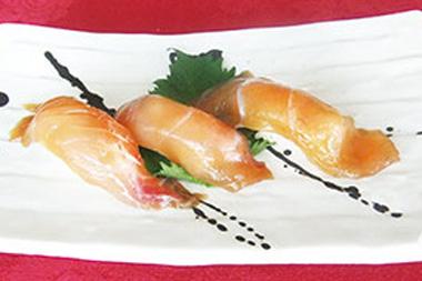 【伊豆大島】大島温泉ホテル 新鮮な金目鯛を醤油と大島ならではの青唐辛子に漬け込んだお寿司。唐辛子の辛さと風味は別格。