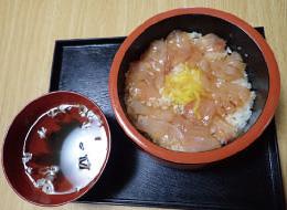 【伊豆大島】お食事処 おともだち 地魚の刺身を島の唐辛子と醤油でつけ込んで、丼の上にのせた島の郷土料理です。
