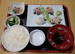 【伊豆大島】お食事処 おともだち 島でとれた魚を使った定食です。大島の豊かな海の恵みをご堪能ください。