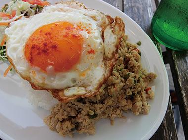 【新島】 POOL island cafe・market 鶏のひき肉を島唐がらし、バジル、オイスターソースなどでいためたエスニック料理。サラダ、ドリンク付。暑い夏にピッタリのピリ辛メニュー!島内の方、島外の方、両方に人気のランチです。