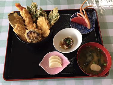 【神津島】 れすとらん錆崎 島でとれた4種の野菜(明日葉など)と2種の魚(金目鯛など)の天ぷらがのった、ボリューム感のある一品です。