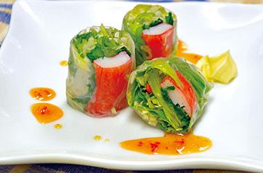 【三宅島】 ペンション・ダイブショップ サントモ 明日葉などの野菜を生春巻きで包んだ一品。 ちょっと酸味がかったソースで食べます。