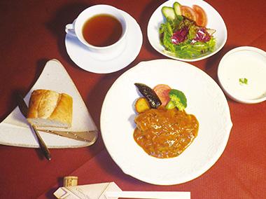 【神津島】 さわやコルドンブルー サラダ、スープ、メイン、食後のドリンクのランチです。島でとれた魚や野菜をふんだんに使っています(サラダ、スープ等)。写真は一例です。