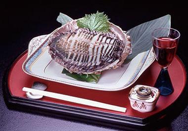 【大島】ホテル 白岩 伊豆大島近海で採れた生きている鮑を、提供する直前にお造りにするため、鮑の食感と磯のかおりを味わうことができます。通常は、山葵醤油でいただきますが、島特産の青唐辛子醤油でもオススメです。