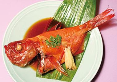 【伊豆大島】ホテル 白岩 伊豆大島近海産の金目鯛を、一尾そのまま甘辛に煮付けにしました。 大きな鍋を必要とする調理なので、普通ではなかなか味わうことの出来ない豪快な料理。頭の先から尾の元まで、金目鯛の全てを味わい尽くせます。