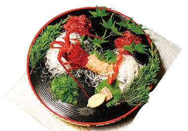 【大島】ホテル 白岩 伊豆大島近海で採れた生きている伊勢海老を、提供する直前にお造りにするため、活き海老ならではのプリプリの白身は、甘味さえ感じます。希望により、翌日の朝食用に、海老味噌を持つ殻を、出汁として使用した味噌汁も楽しめます。
