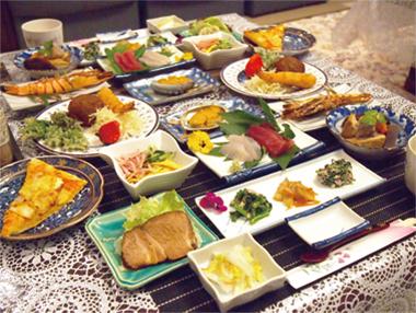 【新島】 お宿 そうめいまる 地魚をはじめ、島で採れる野菜などを使い様々な料理に仕立てた夕食をいただけます。 写真は2名分の夕食の一例で季節により素材は変わりますが、満足間違いなしの内容です。