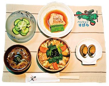 【伊豆大島】バリアフリーペンション「すばる」 郷土料理の「はんば海苔飯」をベースに、魚、とこぶし、明日葉等の大島産野菜を「わっぱ」で蒸し上げ、アツアツの状態で食べることができます。