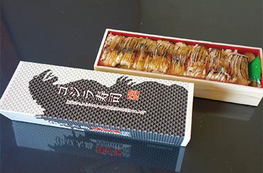 【伊豆大島】海鮮茶屋 寿し光 黒紫色で大きな口に鋭い歯を持つ、まさに伊豆大島のゴジラの様な魚、クロシビカマスを使用したお寿司です。 脂は強いですがくどさが無く、後味良くいただけます。お土産にもどうぞ。