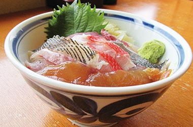 【伊豆大島】海鮮茶屋 寿し光 マグロや白身の魚を島唐辛子醤油漬けにしたべっこうの他、新鮮な地魚3種類を丼ぶりにしました。