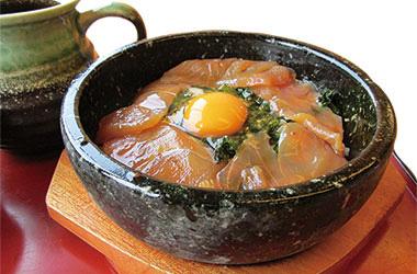 【伊豆大島】海鮮茶屋 寿し光 当店オリジナルメニュー。石焼ビビンバ風のべっこう丼で、ちょっとついた焦げの味が好評。 地のり、生たまごと混ぜていただく。 出汁をかけて、お茶づけとしても楽しめます。
