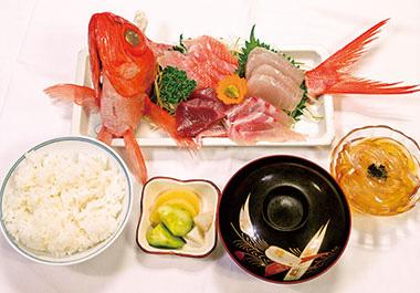 【八丈島】 宝亭 八丈島の季節の新鮮なお魚(4〜5種類)を、刺身で提供。島の唐辛子を使用した、「島とう醤油」につけて食べると、美味しさが増します。自家製のところてん付き。