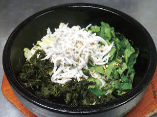 【伊豆大島】竹馬 明日葉、島のり、しらすと最強素材の組合わせ!アツアツ石焼ごはんの上に醤油をかけ、おこげがパリパリ、海の風味に食欲をそそります。