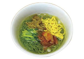 【八丈島】 お食事処 とみちゃん 明日葉が練りこまれたそうめんは、普通の食べ方でもおいしいですが、冷麺風にアレンジした一品です。 さっぱりしたスープは、お酒の後のシメにもぴったりです。
