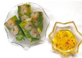 【八丈島】 お食事処 とみちゃん 明日葉が入った生春巻きに、島唐辛子が入った香り良いチリソースを添えています。  お子様には辛さを抑えたソースの用意もあります。