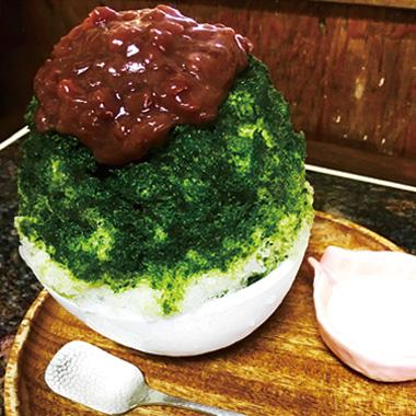 【伊豆大島】島京梵天 元祖明日葉金時かき氷。明日葉シロップと相性抜群の北海道大納言を味わえます。 自家製大島牛乳練乳のトッピングもおすすめです。