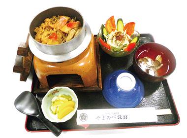 """【三宅島】 御赦免料理 ヤマノベ旅館 三宅島で採れた新鮮な魚貝類を目の前で炊き食べていただけます。東京都特産品認定を受けている""""アシタバ燻製""""の入ったサラダ付。"""