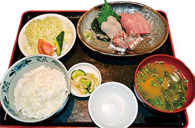 【新島】 夕浜亭 新島産の新鮮な魚をご提供。 鮮度の良い天然の味を味わうことができます。 その他にも、焼肉定食をはじめとしてメニューは豊富ですが、どの定食にも野菜が入り、栄養バランスに配慮しています。