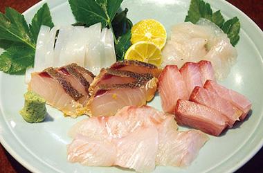 【新島】 夕浜亭 新島産の新鮮な魚をサイドメニューとして単品で、ご提供。いろいろな地魚を味比べできます。