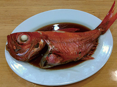 【三宅島】 民宿 夕景 島で水揚げされる魚をごはんに合う煮付けに。お刺身もいいけれど、煮魚もまた違った魚の味を楽しめます。煮付けというとキンメダイが有名ですが、他にもメダイ、メジナ、ムツ、シイラなど、煮付けにして美味しい魚はたくさんあります。