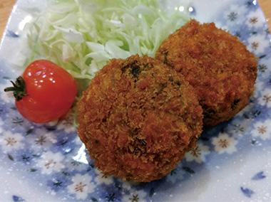 【三宅島】 民宿 夕景 魚を使ったフライ、魚に一手間加えて作ったコロッケ、旬の野菜のフライなど、定番からオリジナルまで、様々な揚げ物を提供しています。(写真ははばのりのコロッケ)