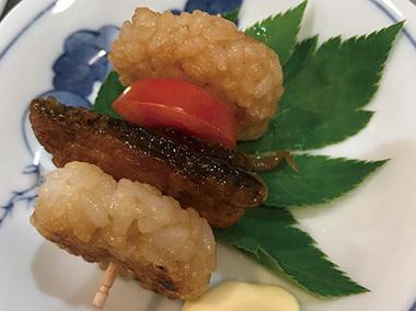【三宅島】 民宿 夕景 々な島の食材を、少しずつ味わえるよう、夕食には3~5品の小皿料理をお出ししています(写真はごまさばのミニライスバーガー)。