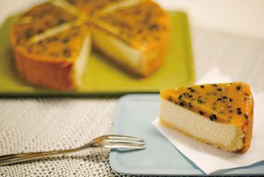 【母島】コミュニティーサロン ル・シエル 母島で育ったパッションフルーツを使ったベイクドチーズケーキ。 甘酸っぱさと濃厚なチーズの味は少し大人向けで贅沢な風味を楽しめます。