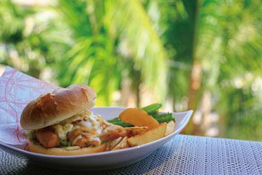【母島】コミュニティーサロン ル・シエル 近海のメカジキをサクサクのフライに揚げて、三種類のチーズとタルタルソースをかけた特製オリジナルのメカジキバーガーです。