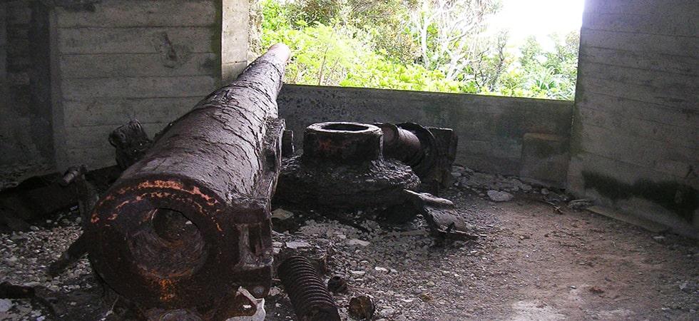 太平洋戦争の爪痕が様々なところで見られます。旧日本軍が作った対空砲がひっそりとたたずんでいます。