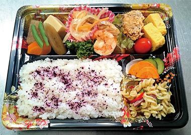 【父島】 ベントウ屋 hitoshi(ヒトシ) 魚や野菜など島の食材にこだわり、いろいろなお惣菜を集めた幕の内弁当です。