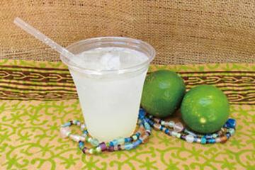 【父島】Mermaid Café まろやかな酸味の島レモンの果汁を使用。さわやかな香りが広がります。